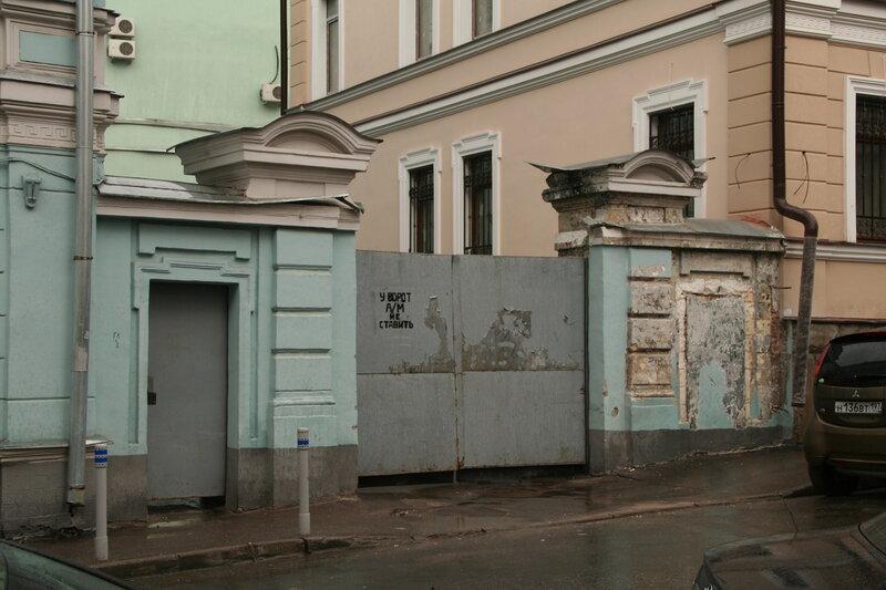 В Малом Ивановском срубается декор белокаменных ворот 19 века. 23.05.2013