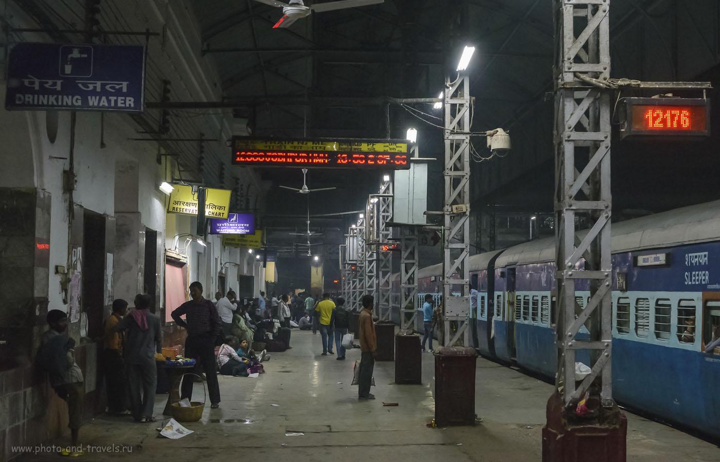 Фотография 3. Железнодорожная станция Mughal Sarai, что в 18-ти километрах от Варанаси. Мы – счастливые пассажиры, поскольку ждали свой поезд, всего лишь, шесть часов. Сесть негде, пол грязный. Хорошо, что с собой были спальные и мусорные мешки: завернули и сидели. Некоторым туристам пришлось ждать свой поезд 11 часов. (1/400, 8.0, 6400, 48)
