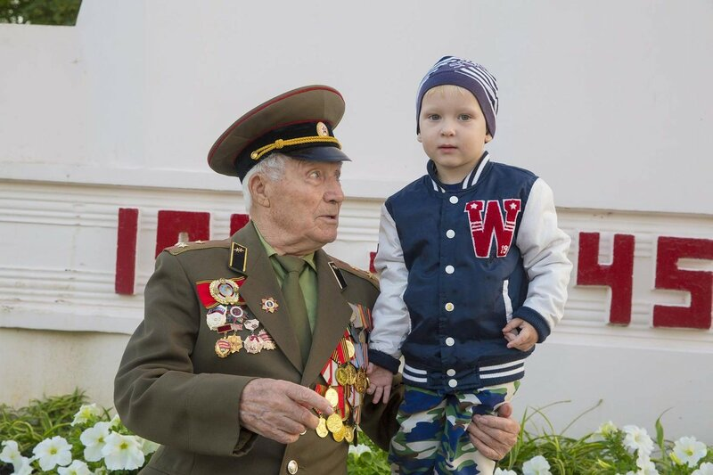 Дедушка Георгий участник Войны с правнуком Никитой 8 мая 2016 г. Приморско - Ахтарск Краснодарский край