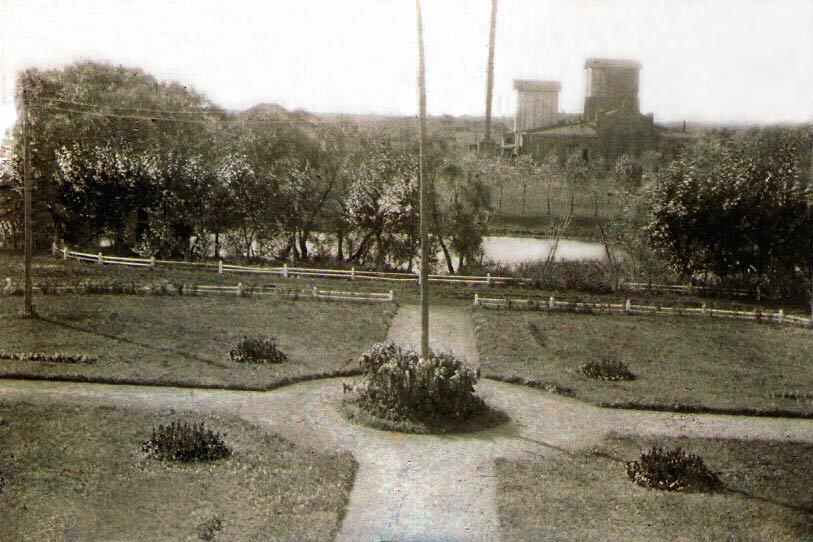Вид на цветочный сад, пруд и спиртзавод