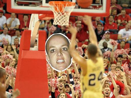 Баскетбольные болельщики мешают игрокам бросать штрафные