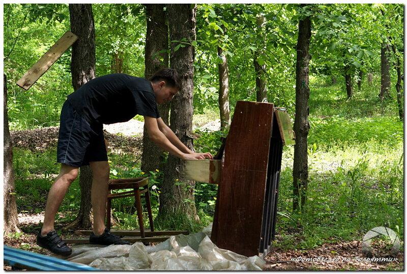 Пианино в лесу на Грушинской поляне
