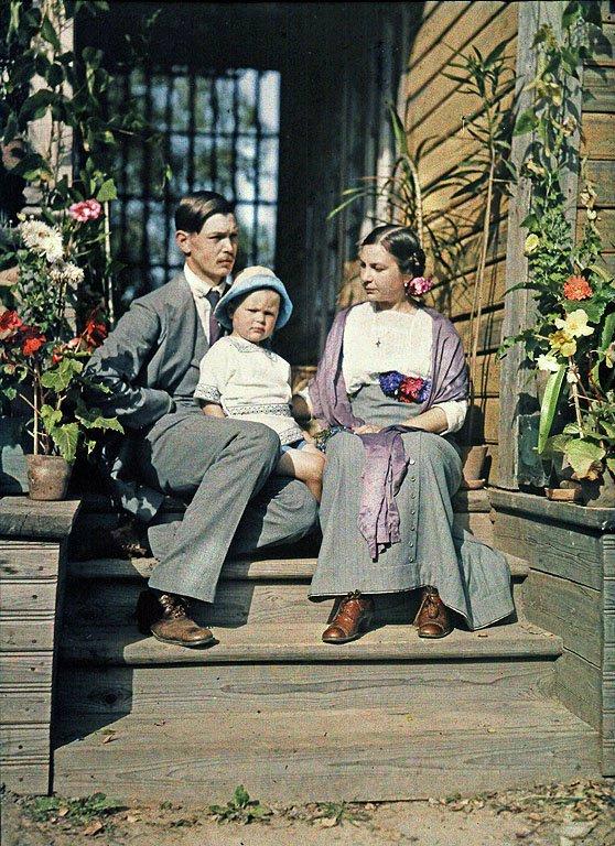 В.Н. и О.А.Римские-Корсаковы с сыном Андреем на крыльце дачи.jpg