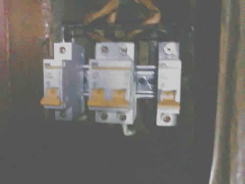 Фото 13. Новые автоматические выключатели. Между верхними (входящими) контактами крайних (групповых) автоматов установлена перемычка (провод ПВ 1, сечение - 4 кв. мм). После включения автоматов электроснабжение квартиры возобновилось.