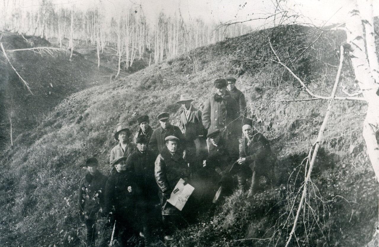 Первая группа специалистов на промплощадке (октябрь 1933 г.)