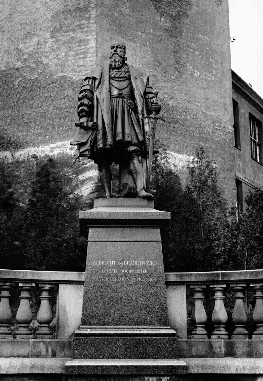 Памятник Альбрехту у Королевского Замка