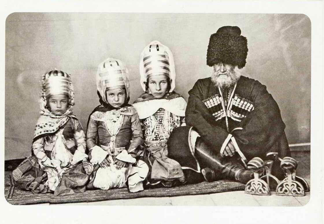 Старик-кабардинец с внучками. XIX век.