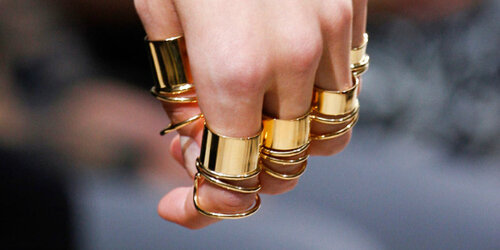 рука с кольцами