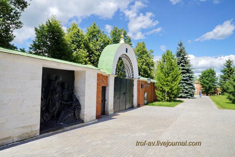 Спасо-Бородинский женский монастырь, горельефы