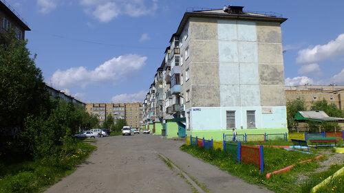 Фото города Инта №4793  Двор (западная сторона дома) Мира 65 24.06.2013_12:22
