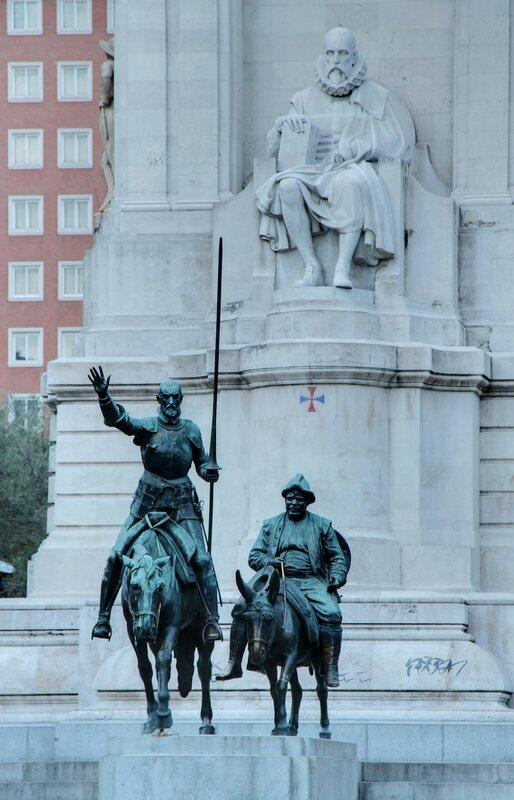 Мадрид. Вечер на площади Испании. Памятник Мигелю де Сервантесу