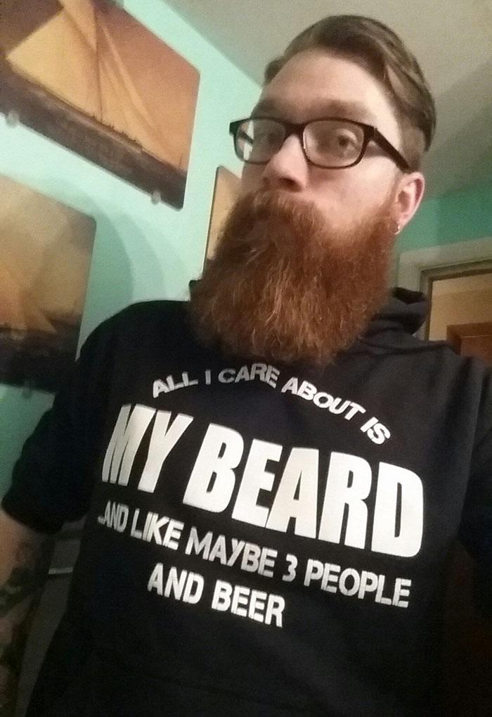 «Бабушка была права!» Надпись на футболке: «Все, что меня волнует, — это моя борода. Ну, может быть,