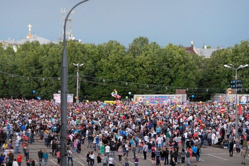 Толпа перед фейерверком на Театральной площади