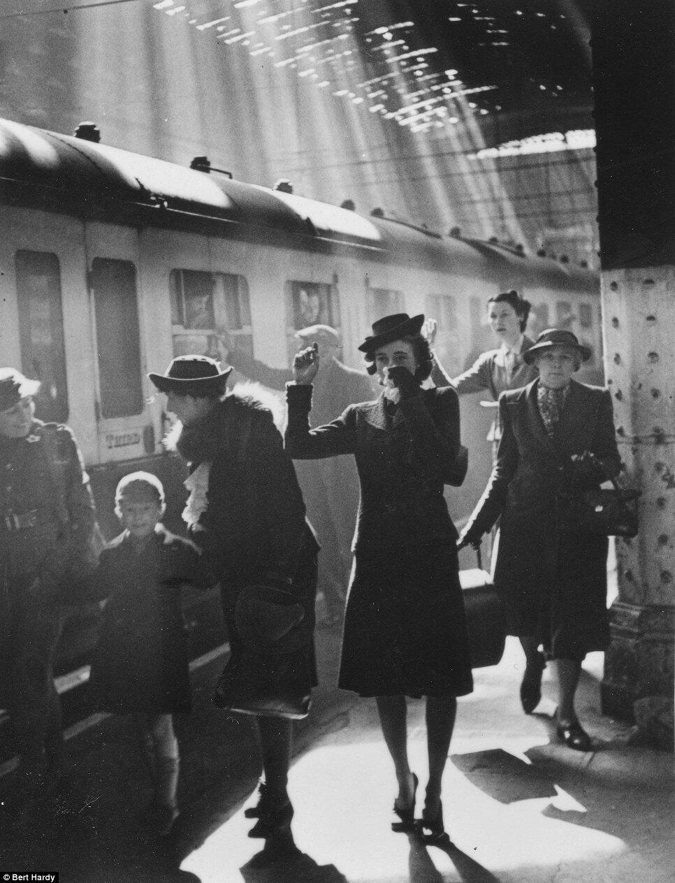 1942. Женщина прощается на станции Паддингтон во время отхода поезда