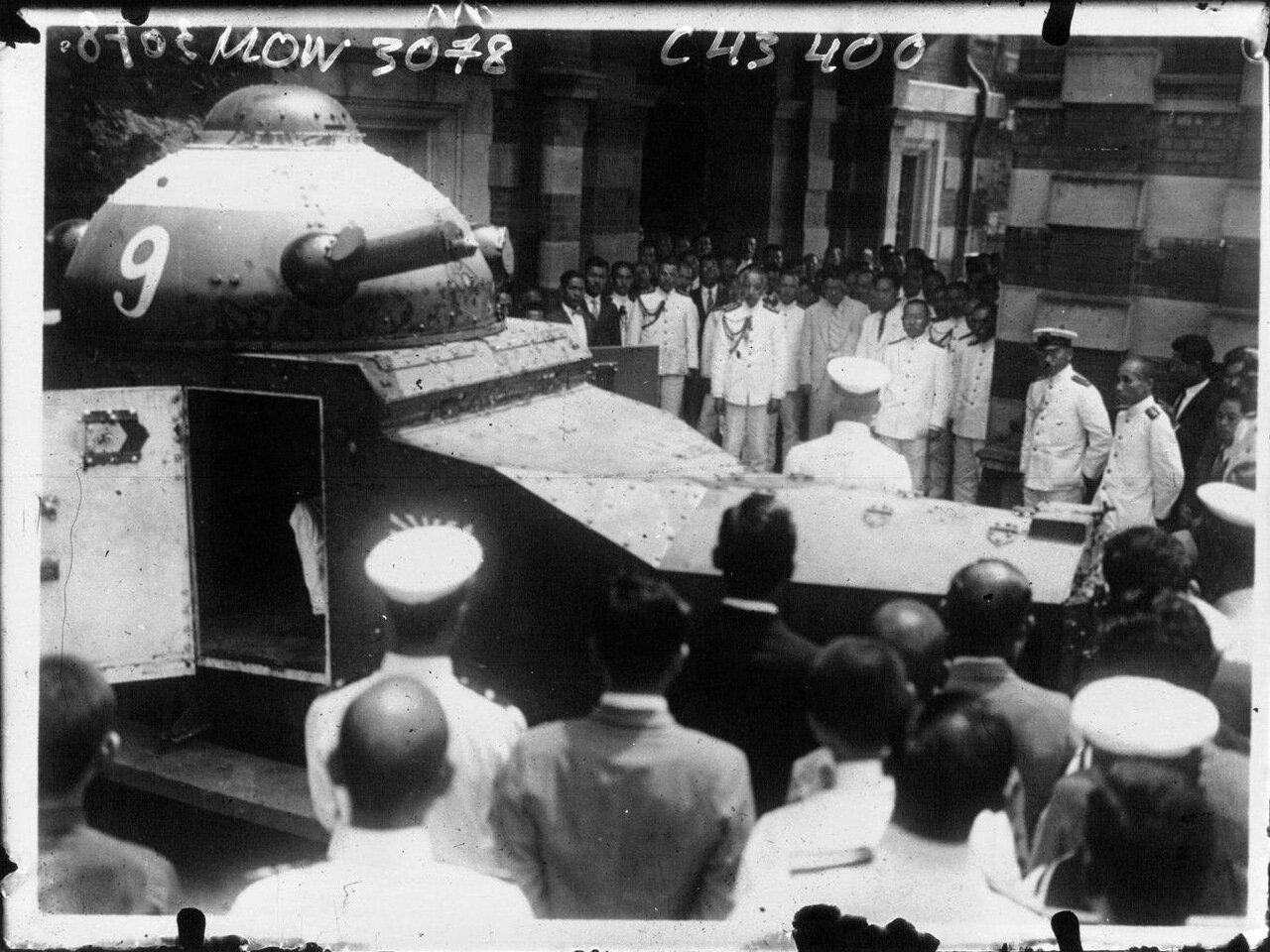 Принц Фусими осматривает броневик отправляющийся в Китай