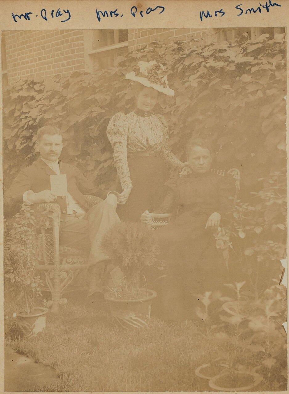 Мистер и миссис Прэй, а так же и миссис Смит сидят в саду возле дома