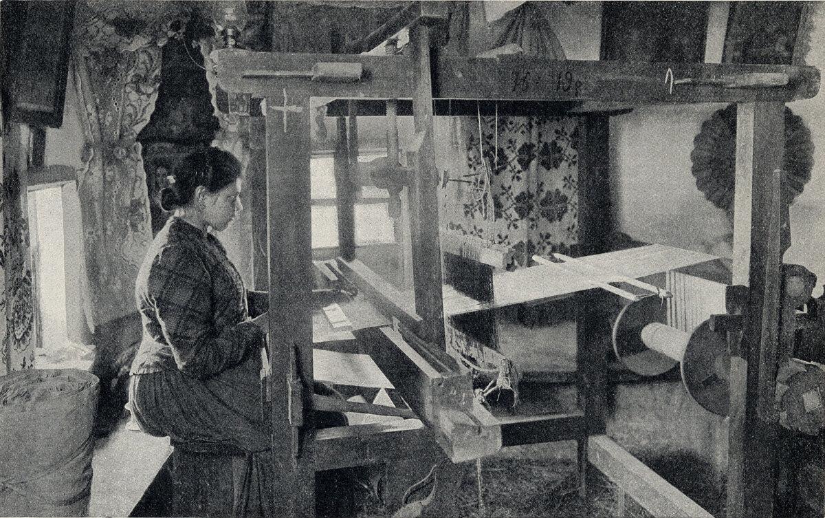 Полтавская губерния. Ткачиха-кустарка, работающая дома по заказу Решетиловского пункта, ткёт полотенца с переборными концами