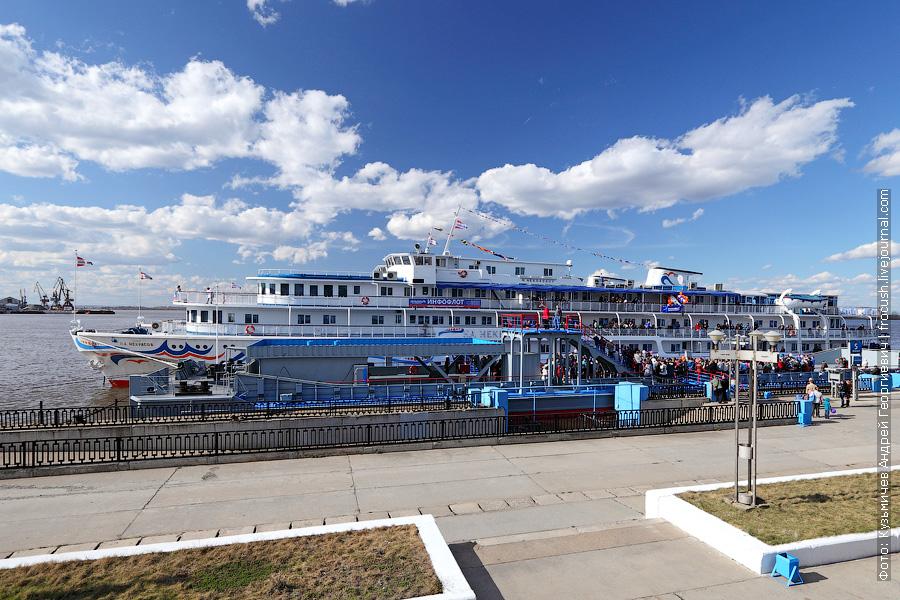 1 мая 2013 года. Теплоход Некрасов во время церемонии открытия навигации 2013 года