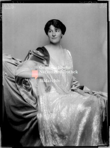 Prinzessin Klementine Metternich-Winneburg in Abendkleid