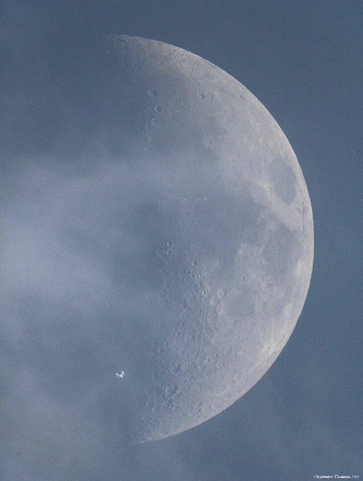 Международная космическая станция на фоне Луны