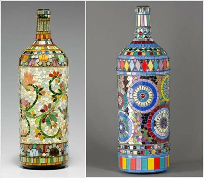 Раскрашенные и нарядные старые бутылки здорово разнообразят интерьер