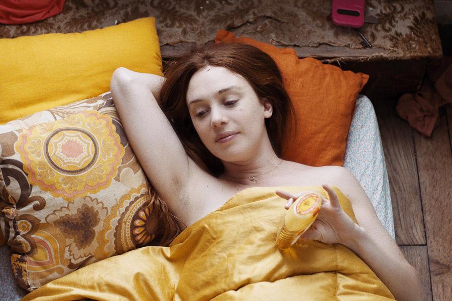 Дебютный фильм Леонор Серай о девушке по имени Паула (Летиция Дош), которая возвращается в Париж пос