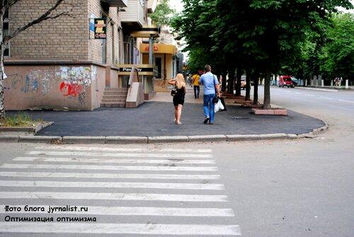 к приезду Президент в Луганске резко начали чинить тротуары