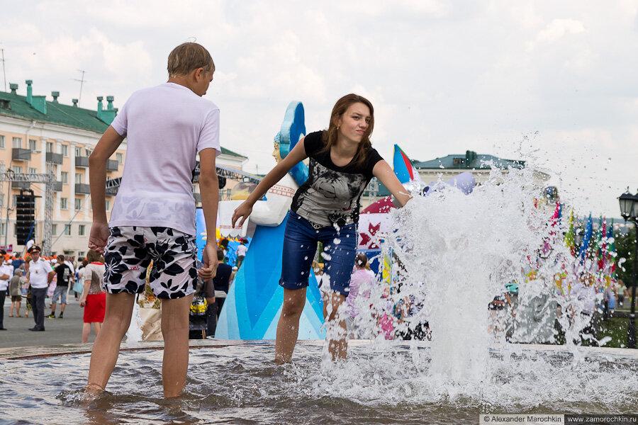 Молодежь купается в фонтане. Саранск, 12.06.2013, День города