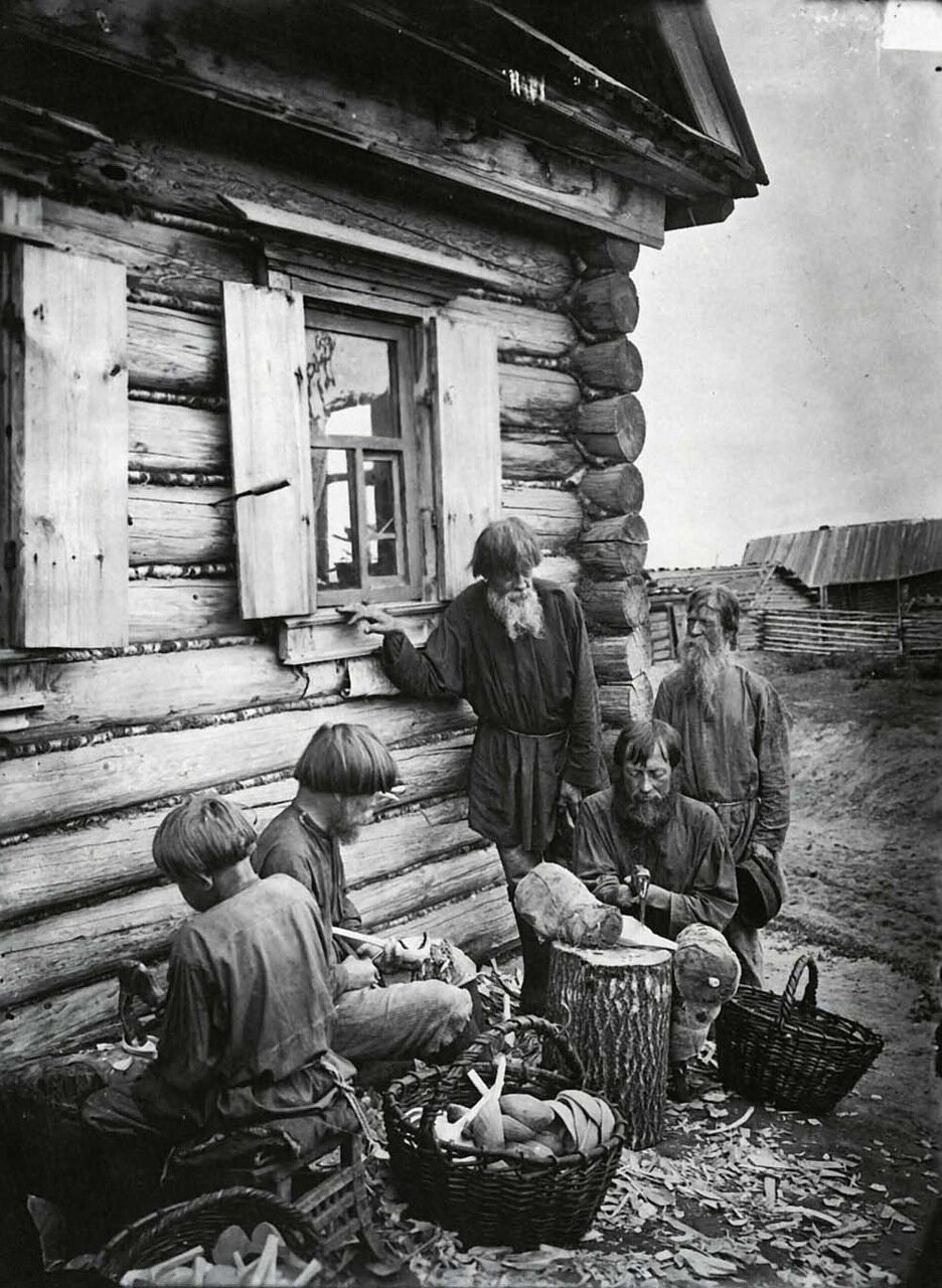 Ложкарное производство в деревне Деяново.  1897 г.