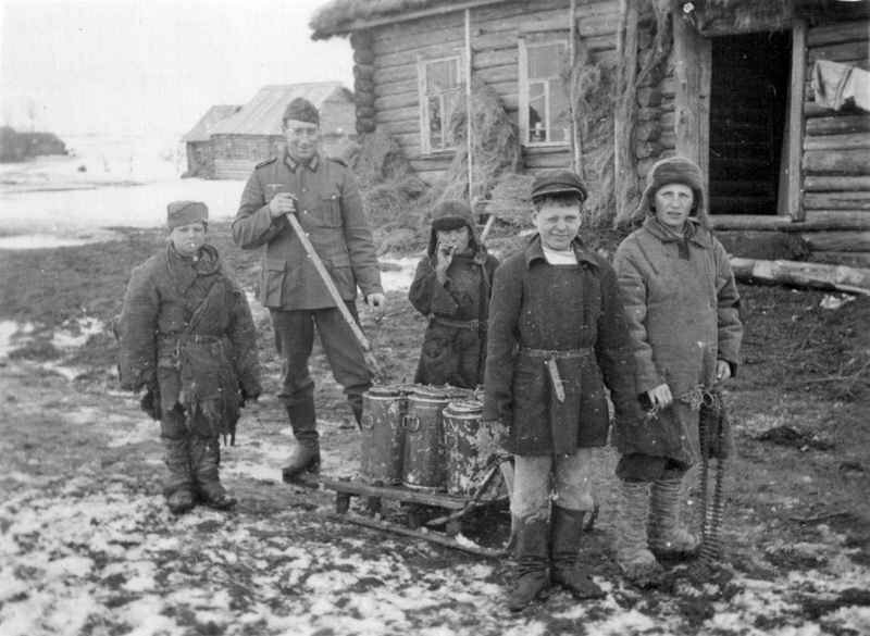 Немецкий солдат с детьми в оккупированной советской деревне