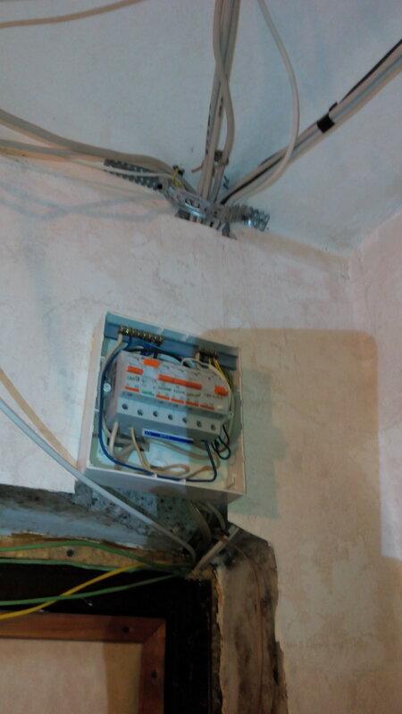 Разводка проводки по потолку: одна из типичных ошибок - применение неподходящего крепежа.