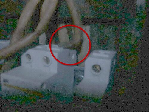 Фото 11. Провод ШВС 2х0.5 со скрученными для увеличения сечения жилами в качестве петли учёта. Вид справа. На провод ШВС надет кембрик, поэтому разглядеть его на фото можно только возле правого контакта общего автомата (внутри тёмно-красного круга).