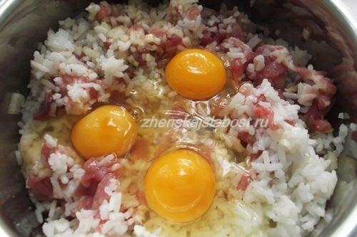добавить яйца в рубленные котлеты из свинины