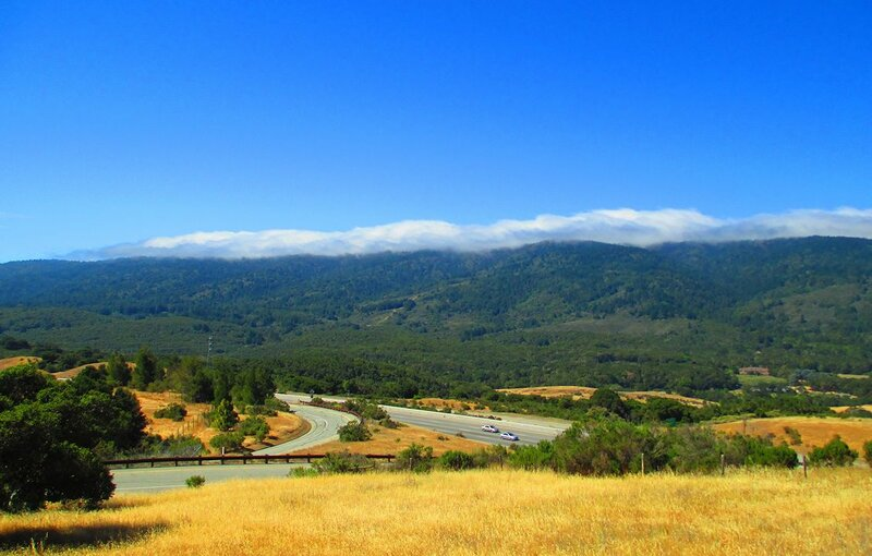 Флаг летней Калифорнии - жёлтая трава, зелёные горы и синее небо :-)