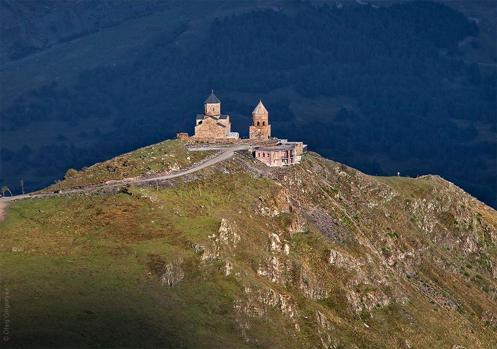 5. Удивительно красивая церковь Святой Троицы (Цминда Самеба), которая построена в 14 веке и находит