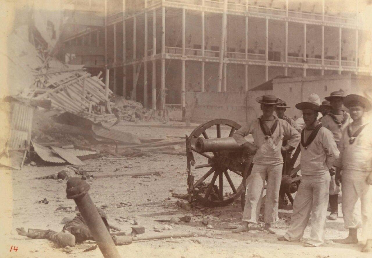 Группа британских моряков позирует возле трупа перед Султанским дворцом