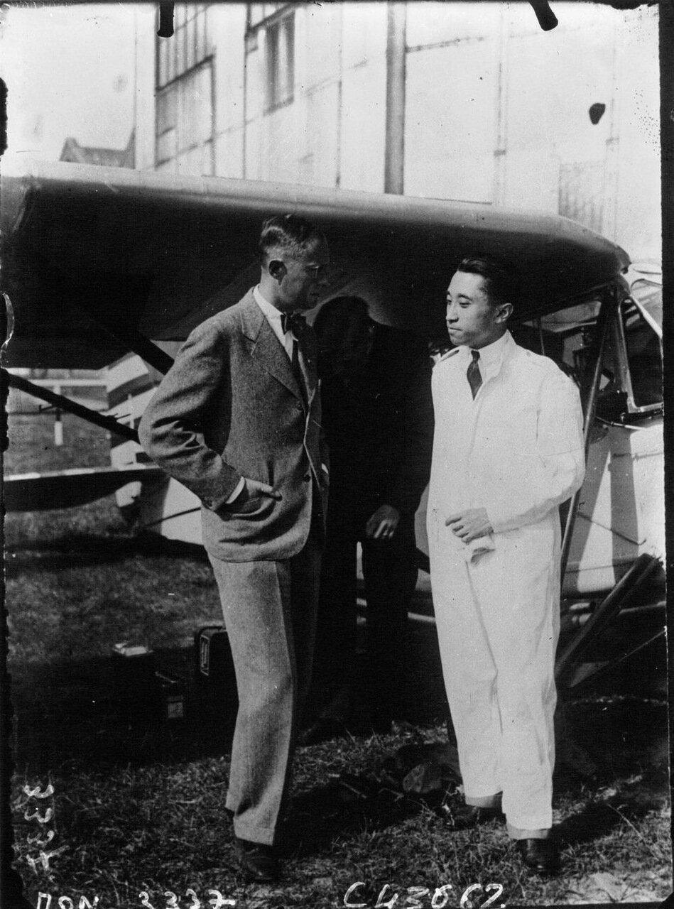 Японский летчик Хачисука, племянник императора Японии беседует с Эрихом фон Гёпнером