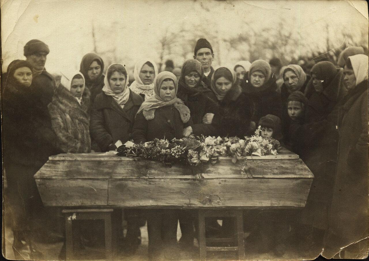 Краснодон.1943. Похороны Ивана Земнухова