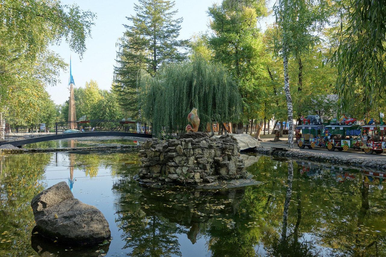 пруд и золотая рыбка в парке Авиастроителей