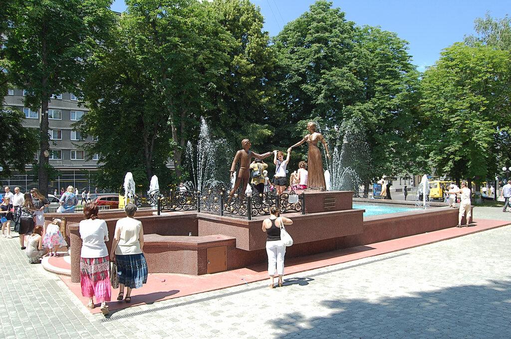 Памятник у фонтана