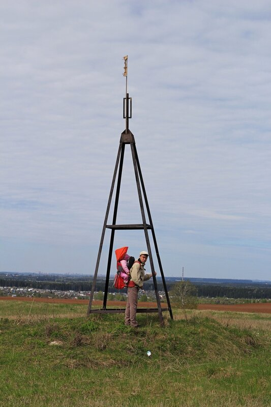 Антон с Динкой у Триангулятора на горе Мамониха