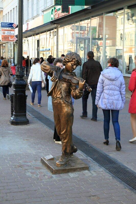 Улица Большая Покровская, скрипач