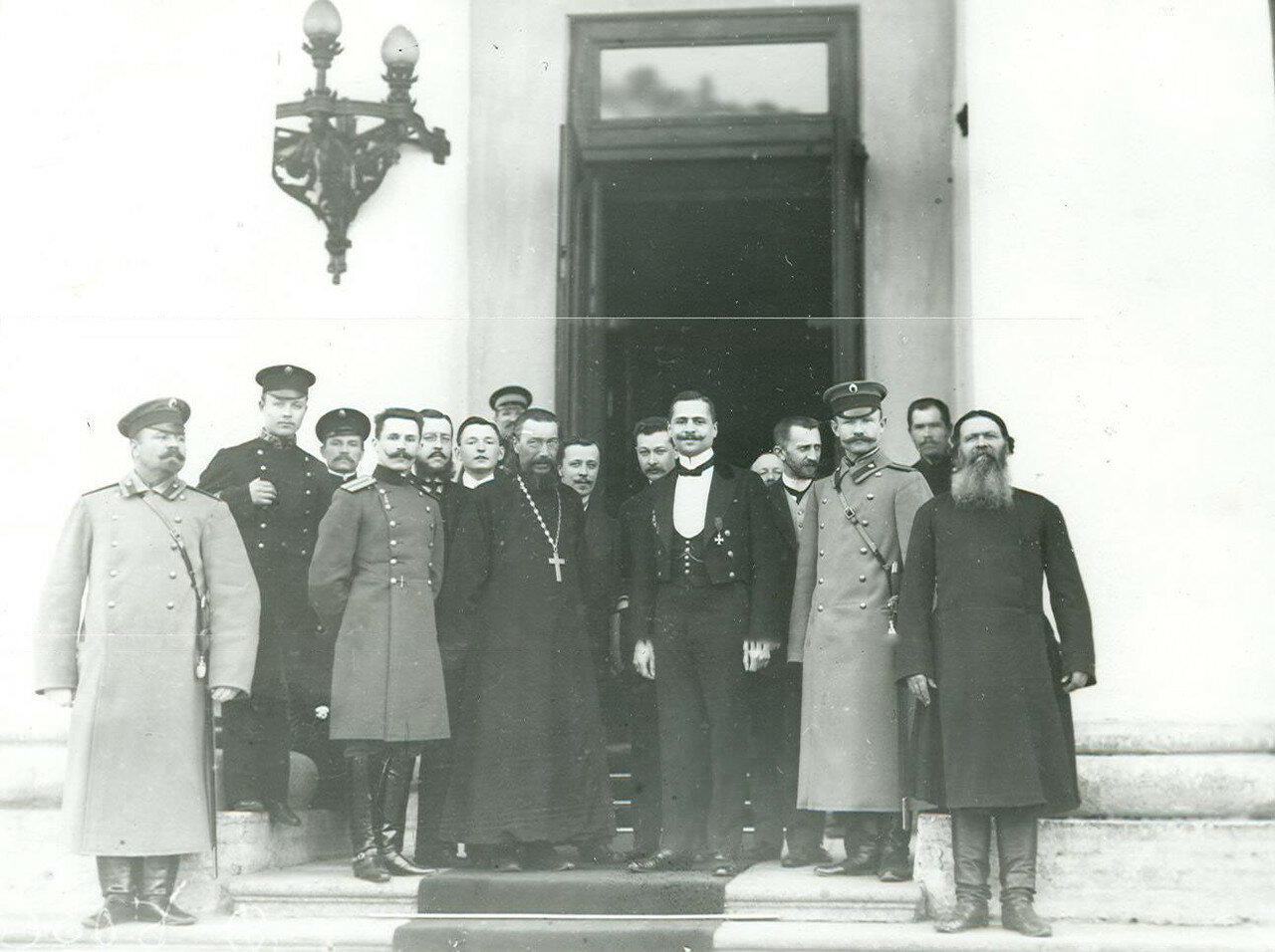 14. Группа депутатов у входа в Таврический дворец в день открытия заседаний Второй Государственной думы