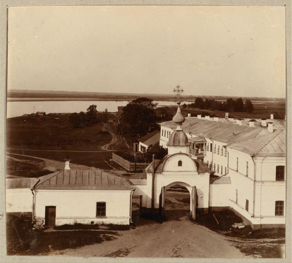 Выход из Николо-Бабаевского монастыря. Вид с колокольни. 1910.