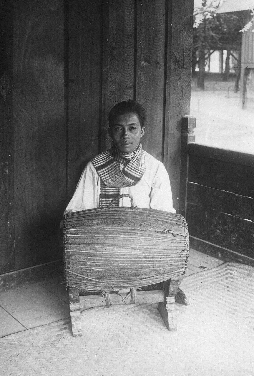 Лаосский театральный оркестр. Двусторонняя барабан Пинпеат Конг