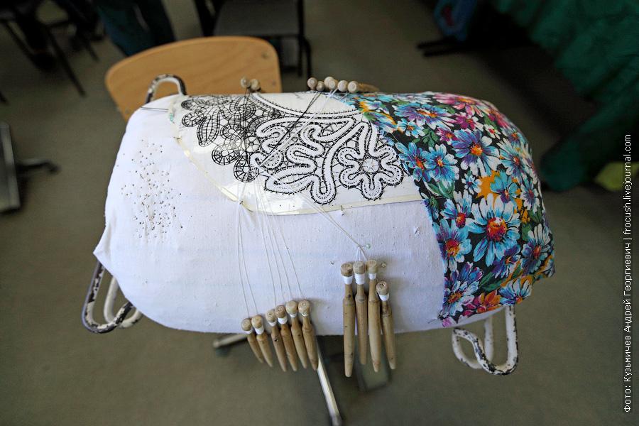 Инструменты для кружевоплетения: подушка-валик, коклюшки, булавки