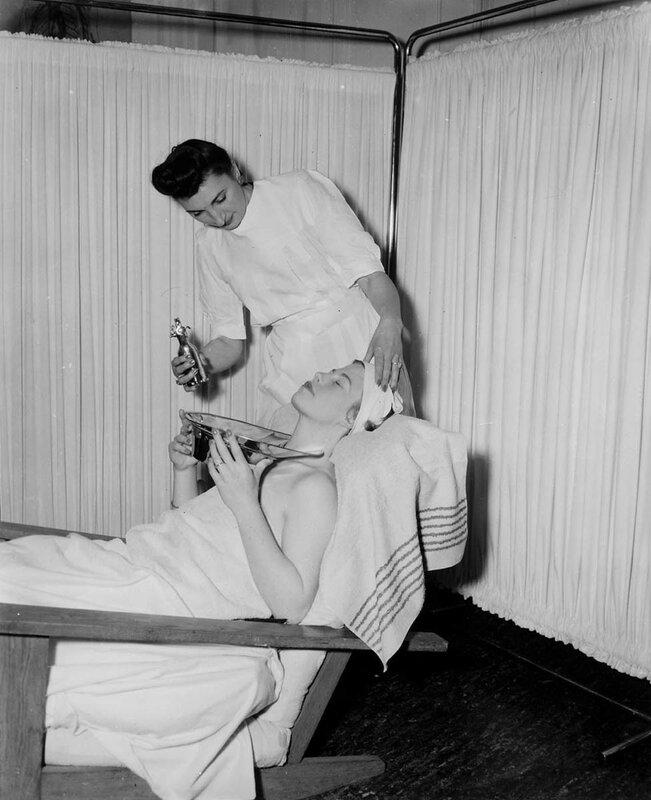 Schoonheidsinstituut. Bezoekster tijdens behandeling, 6 maart 1951Foto Ben van Meerendonk / AHF, collectie IISG, Amsterdam