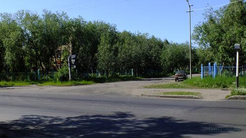 Фото города Инта №4900  Перекрёсток улиц Мира и Чернова (прямо за деревьями расположена бывшая школа №7, ныне