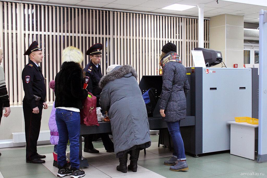 Досмотр на входе в аэропорт Горно-Алтайска