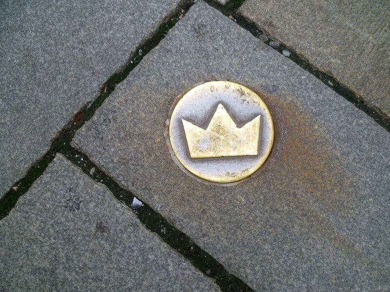 Словакия. Братислава. Значок короны на брусчатке. Slovakia. (Bratislava. Crown Icon on the pavement.)